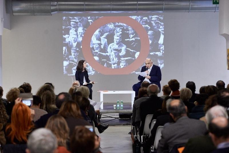 l'intervento di Francesco M.Cataluccio - sullo sfondo, l'immagine di August Landmesser