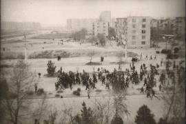 Una folla azera si precipita verso il quartiere armeno di Sumgait, nel febbraio 1988