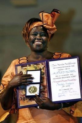 Wangari Maathai riceve il Premio Nobel per la Pace 2004