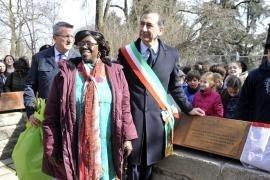 Rahab Mwatha con il sindaco di Milano Giuseppe Sala davanti alla targa dedicata a Wangari Maathai