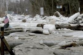 Lastre di ghiaccio ricoprono le strade a Fremont, Nebraska, 14 marzo 2019, dopo che il fiume Platte coperto di ghiaccio ha esondato
