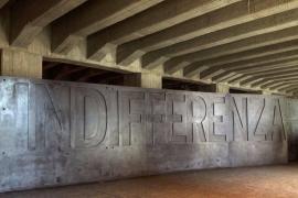 La scritta INDIFFERENZA, fortemente voluta dalla Senatrice a Vita Liliana Segre al Memoriale della Shoah di Milano