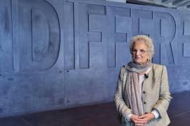 """Liliana Segre davanti alla scritta """"indifferenza"""" del Memoriale della Shoah di Milano"""