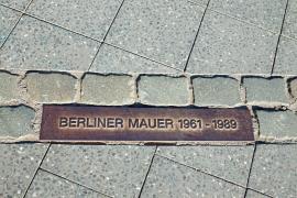 Targa di bronzo che segna il tracciato del Muro di Berlino