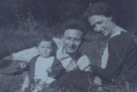 Valeria, con i genitori Riccardo Ancona e Ester Foa nel 1924