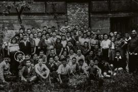 Alcuni dei bambini di Windermere fotografati prima di partire per il Regno Unito nel 1945