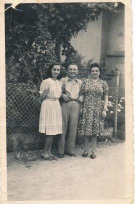 Foto anno 1941: Alfonso Canova con la moglie Annetta Bertugli alla sua sinistra e Anna de Bernardo