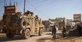 Un convoglio militare turco attraversa la città siriana di Dana, nella provincia di Idlib