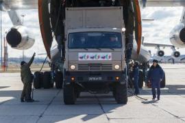 Un velivolo Ilyushin 76 viene caricato con gli aiuti per l'Italia