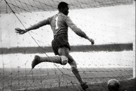 Moacir Barbosa calcia via la palla dopo aver subito dall'Uruguay il gol che cambierà per sempre la sua vita