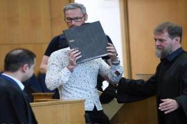 L'imputato, identificato solo come Taha al-J, nasconde il volto in aula prima dell'inizio del suo processo
