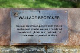 La targa dedicata a Wallace Broecker al Giardino dei Giusti di Milano