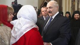 Il Presidente Alexander Lukashenko in occasione della Pasqua ortodossa in una chiesa presso Minsk