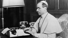 Papa Pio XII nel suo ufficio in Vaticano