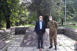 Il presidente di Gariwo Gabriele Nissim con il generale Giuseppenicola Tota al Giardino dei Giusti di Milano