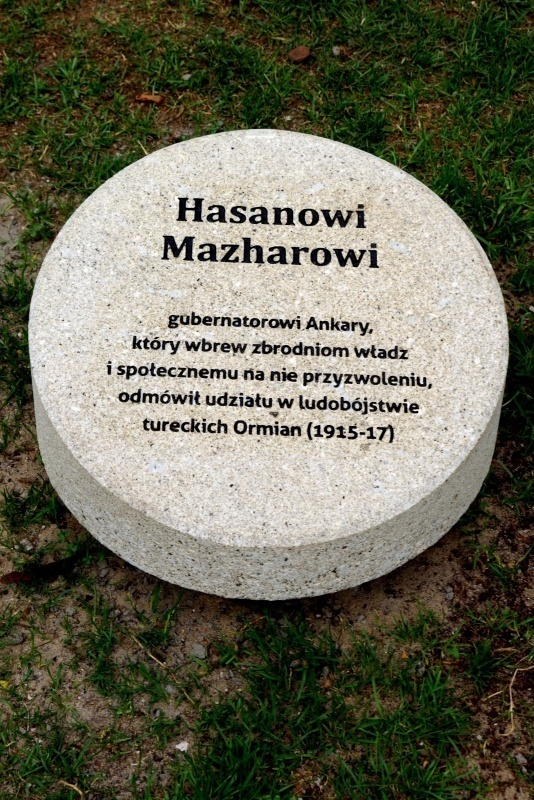 Il cippo dedicato a Hasan Mazhar nel Giardino di Varsavia.