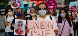 """Manifestanti della """"marcia per la democrazia"""" indetta dal Partito pro-curdo HDP e vietata dalle autorità"""
