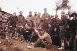 Nella foto, George Orwell (il più alto), al centro della brigata Abraham Lincoln