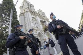 La polizia francese schierata davanti alla cattedrale di Nizza