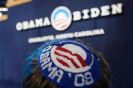 Un uomo ebreo che indossava una papalina a favore di Barack Obama prima delle elezioni presidenziali americane del 2008