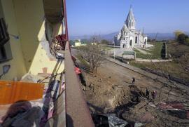 Cratere vicino alla Cattedrale del Santo Salvatore dopo i bombardamenti