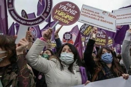 Protesta delle donne turche contro il ritiro dalla Convenzione di Istanbul deciso dal presidente Erdogan