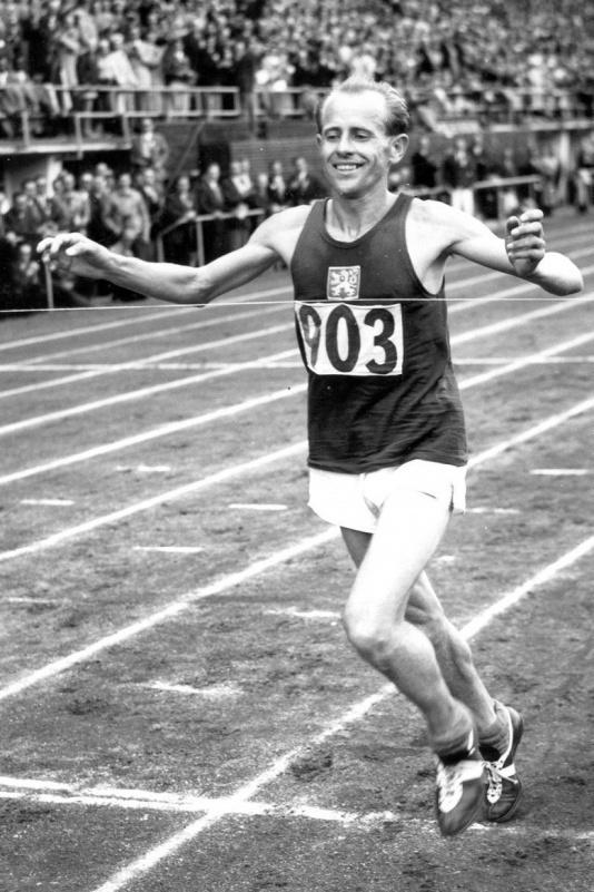 Zatopek  all'arrivo della maratona delle Olimpiadi di Helsinki '52