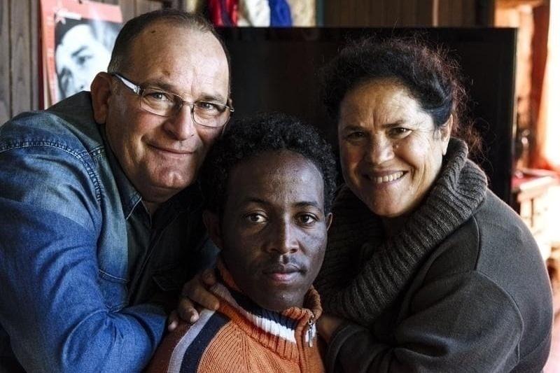Costantino Baratta con la moglie e uno dei sopravvissuti al naufragio del 3 ottobre 2013