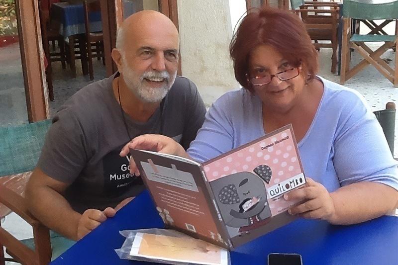 """Daphne e marito Jannis con il libro """"Quilombo: the scruffy little elephant"""""""