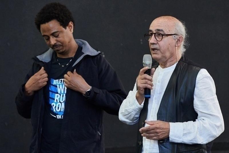 """Vito Fiorino con uno dei sopravvissuti al naufragio del 3 ottobre 2013 durante la premiazione del bando """"Adotta un Giusto"""" edizione 2018/2019"""