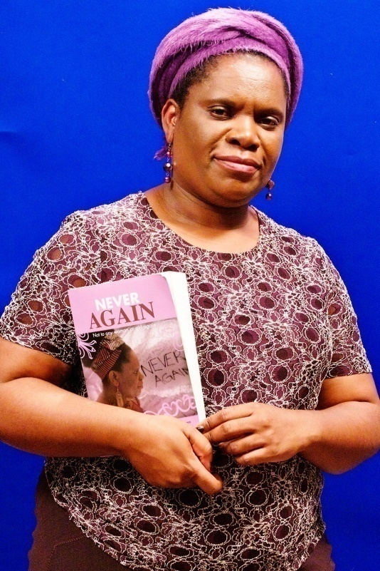 """Betty Makoni con il suo libro """"Never Again: Not to Any Woman or Girl Again"""""""