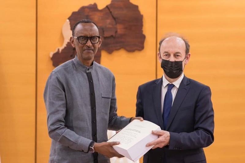 Paul Kagame riceve il Rapporto da Vincent Duclert