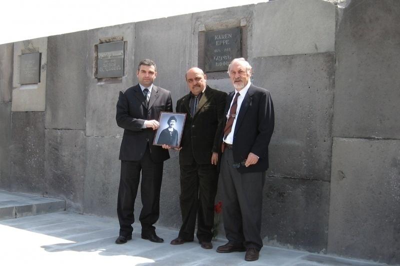 Pietro Kuciukian (a destra) durante la cerimonia per Karen Jeppe al Muro della Memoria, 2007