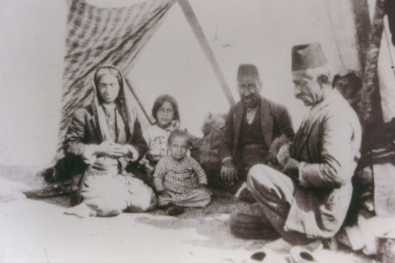 Famiglia armena deportata sotto una tenda nel deserto, 1915