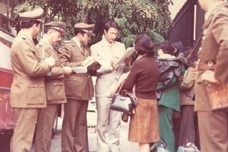 I carabinieri controllano i rifugiati in partenza all'uscita della ambasciata italiana. Emilio Barbarani in centro.