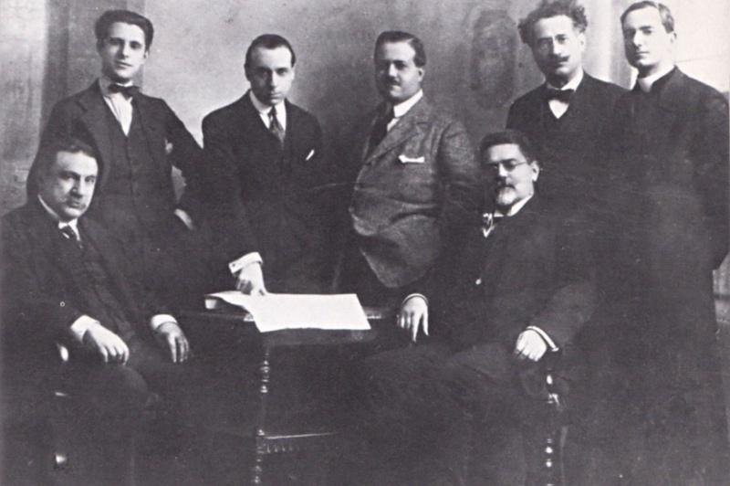 La redazione romana del «Resto del Carlino» nel 1921. Da sinistra in piedi sono riconoscibili Raffaele Mauri e Goffredo Bellonci. Al lato opposto, Ernesto Buonaiuti con la tonaca. Davanti a lui è seduto Giovanni Gentile.