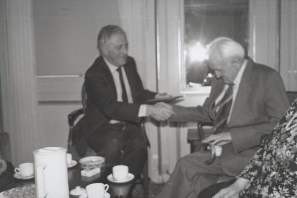 """Harald Petersen, a destra, riceve il riconoscimento di """"Giusto tra le Nazioni""""."""