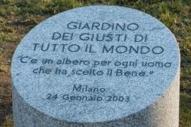 """Il cippo che ricorda i """"Giusti di tutto il mondo"""" all'ingresso del Giardino del Monte Stella a Milano (Foto di Gariwo)"""