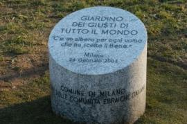 Il cippo all'ingresso del Giardino di Milano (Foto Gariwo)