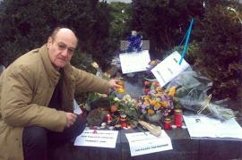 Gabriele Nissim porta fiori per Jan Palach in piazza S. Venceslavo a Praga (Foto di Gariwo)