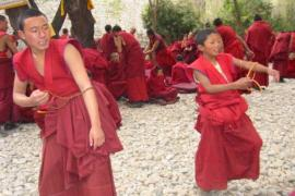 Giovani monaci tibetani (fonte Wikicommons)