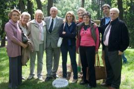 Un momento della cerimonia: Pierantonio Costa con la famiglia (fonte Gariwo)