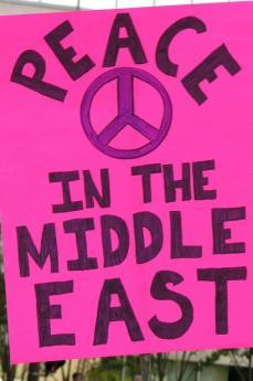 Striscione per la pace in Medio Oriente (fonte Flickr: utente Grant Neufeld)