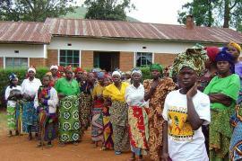 Donne congolesi davanti a un centro di accoglienza per vittime degli stupri
