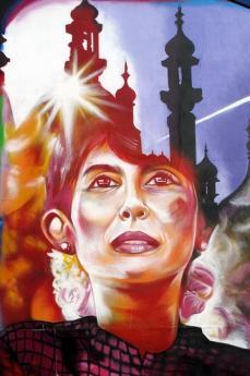 Aung San Suu Kyi ritratta in un murales a Brighton (Foto di Duncan)