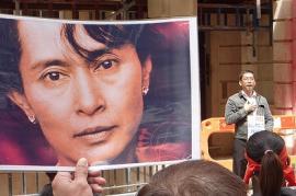 Protesta per la liberazione di Aung San Suu Kyi (da Flickr: utente totaloutnow)