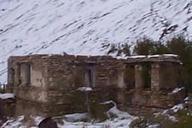 Resti della baracca dei comandanti di un gulag (fonte Wikicommons, utente Oxonhutch)