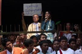 Aung San Suu Kyi parla alla folla il 14 novembre 2010