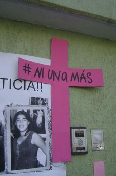 Il motto di Susana Chavez scritto su una croce affissa dopo la sua morte (fonte Flickr: utente Diegoehg_)