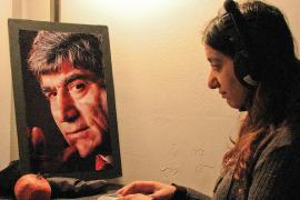 Studentessa davanti all'immagine di Hrant Dink (fonte Flickr, utente Leonie Balci-Kant)